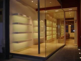 Local Comercial: Galerías y espacios comerciales de estilo  por Fabiana Ordoqui       Arquitectura y Diseño - Rosario