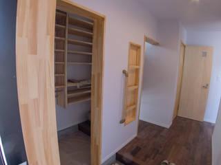 有玉北町の家: 新田建築設計室が手掛けた廊下 & 玄関です。,