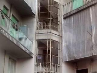 Infissi e Serramenti in Alluminio per vano scala in Via Cibrario angolo Corso Tassoni a Torino:  in stile industriale di Torino Finestre e Porte, Industrial