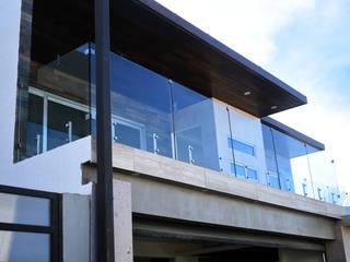BARANDAL CRISTAL TEMPLADO: Balcón de estilo  por ALC INNOVACION Y DISEÑO