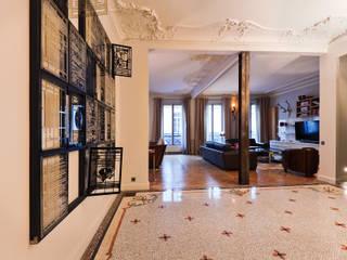 Appartement à Paris Catalina Castro Blanchet Couloir, entrée, escaliers originaux