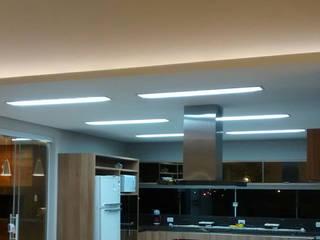 ILUMINAÇÃO RESIDENCIAL: Cozinhas  por MBM arquitetura e iluminação,Moderno