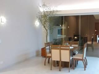 ILUMINAÇÃO RESIDENCIAL: Salas de jantar  por MBM arquitetura e iluminação,Moderno