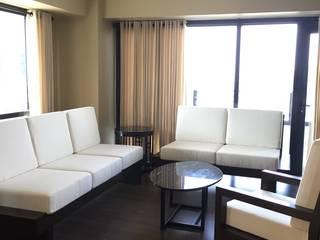 Arya Residences:  Living room by Geraldine Oliva