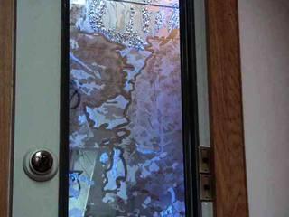 Diptyque vertical de salle de bains sous rampant: Salle de bains de style  par christian herry sculpture verre, Asiatique