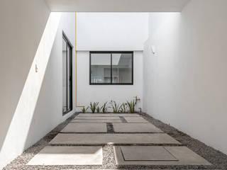 Casas Duplex: Garajes dobles  de estilo  por HMJ Arquitectura