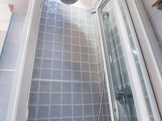 Reforma de baño en el ático de un antiguo Palacio Madrileño:  de estilo  de Banium-Reformas del Hogar en Madrid, Moderno