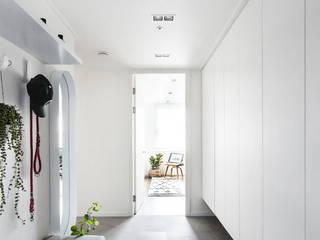 위례신도시 30평대 리노베이션 모던스타일 복도, 현관 & 계단 by FLIP (플립) 디자인 스튜디오 모던
