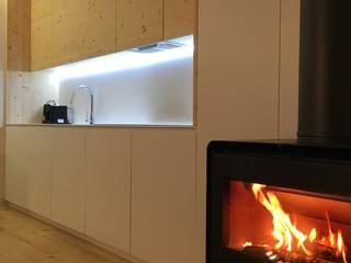 Casas da Lavoeira: Armários de cozinha  por GomesAmorim Arquitetura