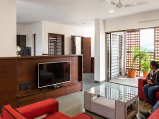 Design for 4,000 sq. ft. at Ranjangaon Ganpati, Pune:  Living room by M+P Architects Collaborative