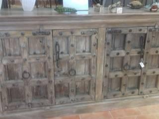 mobiliário em ferro forjado e madeira por Arrecadação da Luz Rústico