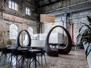 Moderne schwarze Sitzbank mit minimalistischer Ästhetik. :   von www.skydesign.news - Raumteiler aus Berlin