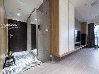 Corredores, halls e escadas escandinavos por 築本國際設計有限公司 Escandinavo