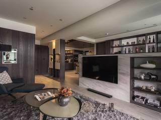 Living room by 鼎士達室內裝修企劃, Tropical