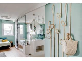 Folie: Salle de bains de style  par Tsanta Studio Architecture