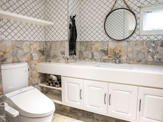 VH INTERIOR DESIGN Classic style bathroom Tiles