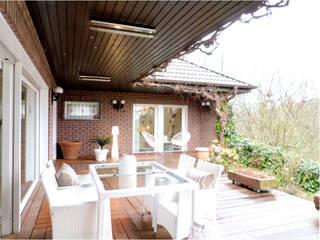 Modern balcony, veranda & terrace by CENTURY 21 Deutschland Modern