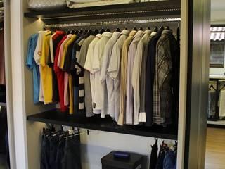 Modern dressing room by Cláudia Legonde Modern