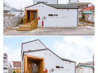 Modern Corridor, Hallway and Staircase by 공간제작소(주) Modern