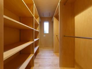 豊田の住まい_東京都日野市: タイラ ヤスヒロ建築設計事務所/yasuhiro taira architects & associatesが手掛けたウォークインクローゼットです。