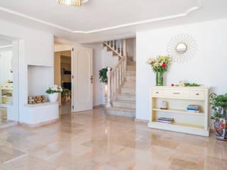 Villa Maribel Pasillos, vestíbulos y escaleras de estilo clásico de Bhoga Home Staging Clásico