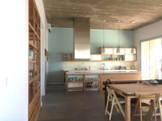 Mobiliario en El Canton -Escobar: Cocinas a medida  de estilo  por Arq. Stuart Milne