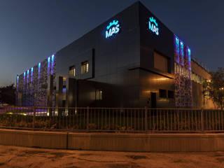 Mas azienda meccanica : Complessi per uffici in stile  di  a2 Studio Gasparri e Ricci Bitti Architetti associati , Moderno