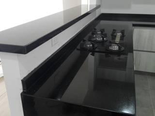 Cocina con granito negro absoluto: Cocinas integrales de estilo  por planet stone sas,