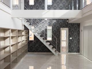モダンで吹抜け鉄骨階段のある家 の 八木建設株式会社 モダン
