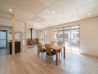 長期優良住宅で安心な薪ストーブのある家 モダンデザインの リビング の 八木建設株式会社 モダン