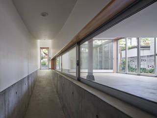 ระเบียงและโถงทางเดิน โดย 建築設計事務所 可児公一植美雪/KANIUE ARCHITECTS, ผสมผสาน