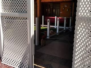 Quiebra vista con Treillage de PVC Puertas modernas de Constructora Las Américas S.A. Moderno