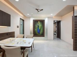 MR.GIRIDHAR GORE'S DUPLEX RESIDENCE AT KHARGHAR:  Living room by DELECON DESIGN COMPANY