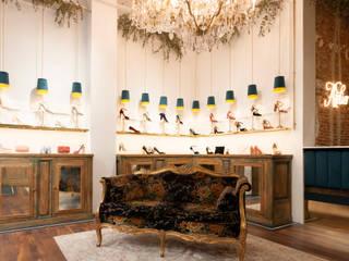 Proyecto comercial, diseño y decoración de una tienda de zapatos en Madrid por Dimeic: Oficinas y Tiendas de estilo  de Dimeic