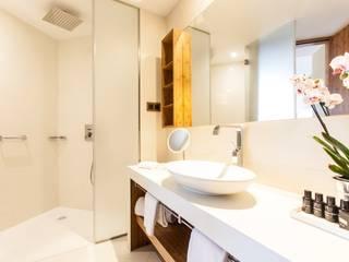 Reforma de un baño en un hotel de Barcelona:  de estilo  de Banium-Reformas del Hogar en Madrid, Moderno