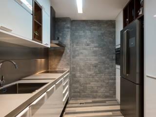 Kitchen by Larissa Vinagre Arquitetos, Modern