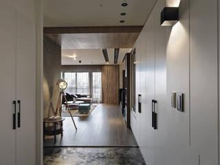 Paredes y suelos de estilo moderno de 台中室內設計-築采設計 Moderno