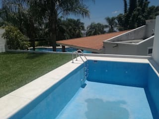 Modern pool by Construcciones La Danta SA De CV Modern