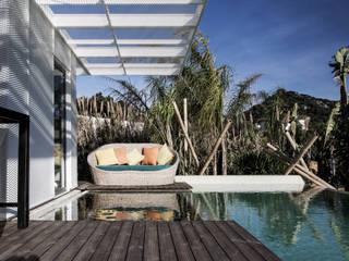 Tropical style balcony, veranda & terrace by INFINISKI Tropical