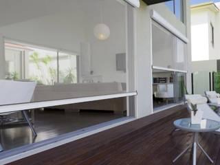 Toldos verticales: Puertas y ventanas de estilo  por Shirley Palomino,