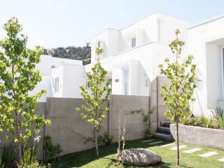 Giardino anteriore in stile  di Estudio Amani