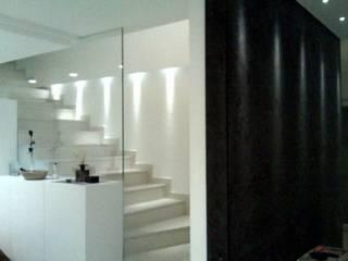 appartamento attico a Bolzano : Ingresso & Corridoio in stile  di Piazzadesign