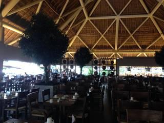 Fabricación de Arboles artificiales de 6 metros de altura para el Restaurante de un hotel. Elaborados con tronco natural tratado y follaje artificial de ficus. Hoteles de estilo tropical de Inova Decora Plantas Artificiales Tropical Madera Acabado en madera