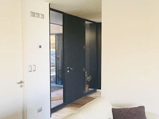 Modern corridor, hallway & stairs by INFINISKI Modern