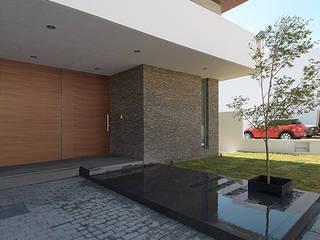 Casa Puerta del Bosque de archbauen Moderno