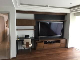 Mueble de TV : Centros de exhibiciones de estilo  por MODETUM