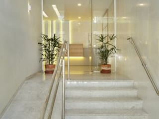 Modern corridor, hallway & stairs by Froma Arquitetura Modern