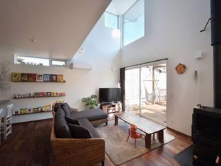 Modern living room by 空間工房株式会社 Modern