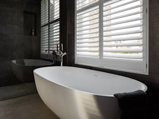 A Classic Contemporary Home in Clapham South Plantation Shutters Ltd Salle de bain moderne Bois Blanc
