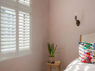 Minimal on Content But Huge on Style Skandynawska sypialnia od Plantation Shutters Ltd Skandynawski